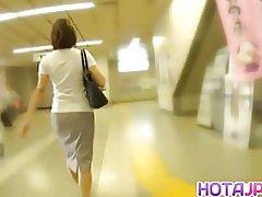 მოწიფული ქალის ჩამოინგრა, on a train